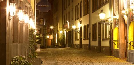 Gasse Altstadt bei Nacht in Köln